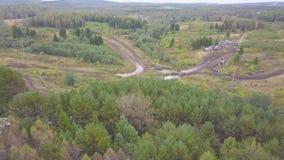 Odgórny widok droga biegowy ślad klamerka Drogi rasa w borowinowej wiejskiej drodze w obszarze zalesionym zdjęcie wideo
