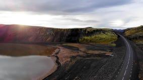 Odgórny widok droga i jezioro Promień słońce uderza obiektyw Powietrzna fotografia, Iceland zdjęcie wideo