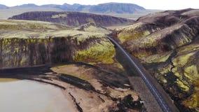 Odgórny widok droga i jezioro Promień słońce uderza obiektyw Powietrzna fotografia, Iceland zbiory wideo