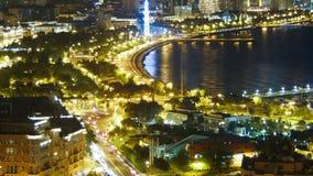 Odgórny widok Duży miasto morzem przy nocą Baku, Azerbejdżan Czasu upływ zbiory wideo