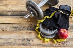 Odgórny widok dumbbells, dodatków ciężary i czarne rękawiczki, Zdjęcia Royalty Free