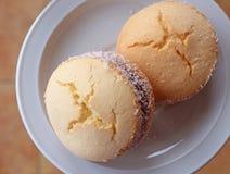 Odgórny widok dwa Alfajores, tradycyjni Latyno-amerykański cukierki słuzyć na białym talerzu obraz stock