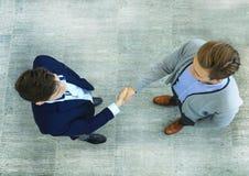 Odgórny widok dwa biznesmenów chwiania ręki biznes target402_0_ Zdjęcie Royalty Free