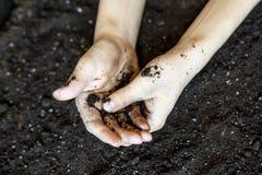 Odgórny widok dwa brudnej rolnik ręki w glebowy zmielony d zdjęcie royalty free