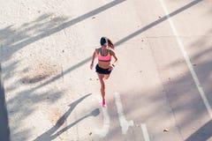 Odgórny widok dysponowany kobieta biegacz Zdjęcie Royalty Free