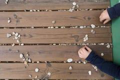 Odgórny widok dziecka ` s wręcza bawić się z kamieniami zdjęcia stock