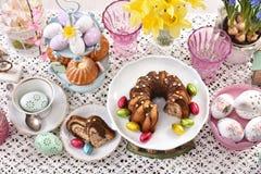 Odgórny widok Easter tradycyjni torty na świątecznym stole zdjęcia stock