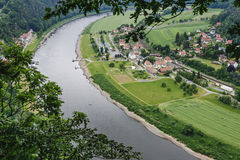 Odgórny widok Elbe Wioska jest na brzeg rzeki Obrazy Stock