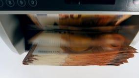 Odgórny widok euro banknoty wśrodku odliczającej maszyny zdjęcie wideo