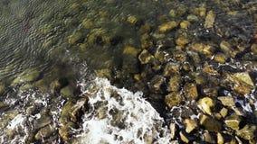 Odgórny widok fala na skałach zbiory wideo