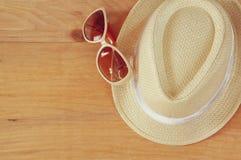 Odgórny widok fedora okulary przeciwsłoneczni nad drewnianym stołem i kapelusz relaksu lub wakacje pojęcie Obrazy Stock