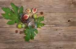 Odgórny widok figi na figa dżemu na drewnianym stole i liściu Obraz Royalty Free