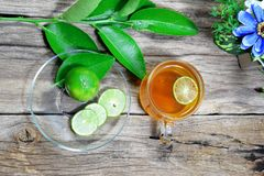 odgórny widok filiżanka herbata, cytryna pokrajać zielona cytryna opuszcza Obrazy Stock