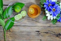 odgórny widok filiżanka herbata, cytryna pokrajać zielona cytryna opuszcza Obraz Royalty Free