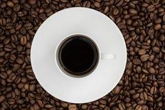 Odgórny widok filiżanka i spodeczek wypełniał z czarną kawą r Obraz Stock