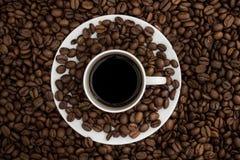 Odgórny widok filiżanka i spodeczek wypełniał z czarną kawą r Fotografia Stock