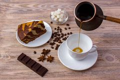 Odgórny widok filiżanka kawy i kawałek wyśmienicie tort na spodeczku, kawowe fasole, puchar z cukrowymi sześcianami, czekoladowy  Obraz Royalty Free