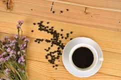 Odgórny widok filiżanka kawy z drewnianym tłem Zdjęcia Royalty Free