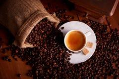 Odgórny widok filiżanka kawa espresso z kawowymi fasolami i starym ostrzarzem zdjęcia stock