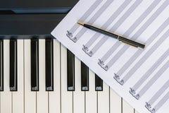 Odgórny widok Fortepianowa klawiatura i Muzyczny prześcieradło z piórem Muzyka, styl życia, romans, pojęcie fotografia stock