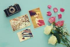 Odgórny widok fotografii kolekcja obok starej kamery i róż Obraz Stock