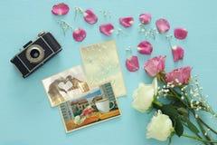 Odgórny widok fotografii kolekcja obok starej kamery i róż Zdjęcia Royalty Free