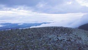 Odgórny widok góry z ostrosłupem skały na wierzchołku klamerka Góruje przy wierzchołkiem góra od kamieni brogujących dalej zbiory