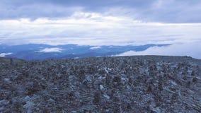 Odgórny widok góry z ostrosłupem skały na wierzchołku klamerka Kamienny wierza w wierzchołku góra zbiory wideo