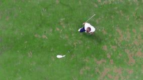 Odgórny widok golfowy gracz zdobywa punkty piłkę za i bierze zdjęcie wideo