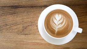 Odgórny widok gorąca kawowa latte sztuka na drewnianym stołowym tle Obraz Stock