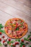 Odgórny widok gorąca Włoska pizza na drewnianym stołowym tle Cała kolorowa pizza z warzywami i mięsem kosmos kopii Fotografia Stock