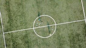 Odgórny widok gracz futbolu podczas szkolenia zbiory