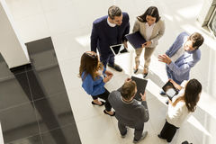 Odgórny widok grupowi młodzi ludzie biznesu w nowożytnym biurze Obraz Stock