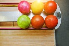 Odgórny widok grupy barwić kręgle piłki przy pucharu dźwignięciem Zdjęcie Stock
