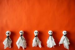 Odgórny widok Halloween rzemiosła, papierowy duch na pomarańcze papierze zdjęcia royalty free