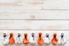 Odgórny widok Halloween rzemioseł, bielu i pomarańcze papierowy duch, zdjęcia royalty free