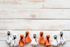 Odgórny widok Halloween rzemioseł, bielu i pomarańcze papierowy duch, fotografia stock