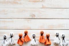 Odgórny widok Halloween rzemioseł, bielu i pomarańcze papierowy duch, fotografia royalty free