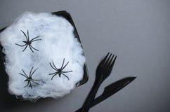 Odgórny widok Halloween talerz z pajęczyną i pająki na Ciemnym tle, Halloween przyjęcia gościa restauracji pojęcie Zdjęcia Stock