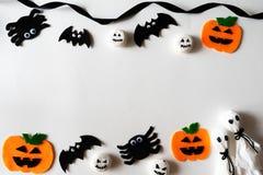 Odgórny widok Halloweenowi rzemiosła, pomarańczowa bania, duch i pająk na białym tle, obrazy stock