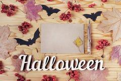 Odgórny widok Halloweenowy drewniany biurko Tapetuje, pisze, nietoperze, jagody i liście klonowi, Z kopii przestrzenią Obraz Stock