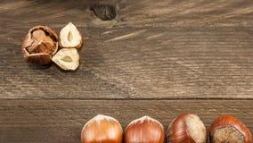 Odgórny widok hazelnuts na drewnianym tle zdjęcie stock