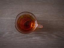 Odgórny widok herbata z ziele na drewnianym tle fotografia stock
