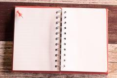 Odgórny widok i grże brzmienie mały wałkowy kładzenie na wierzchołka pustym notatniku obraz stock