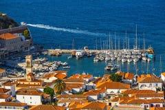 Odgórny widok jachtu marina przy hydry wyspą, morze egejskie Zdjęcia Royalty Free