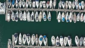 Odgórny widok jachty w turkus wodzie schronienie zbiory wideo