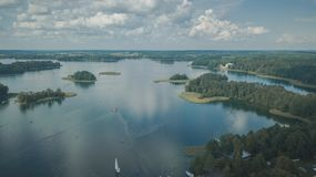 Odgórny widok jezioro i wiele wyspy blisko Trakai miasta obraz stock