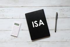 Odgórny widok kalkulator, pióro i notatnik pisać z, ISA & x28; indywidualny oszczędzania account& x29; na białym drewnianym tle obrazy royalty free
