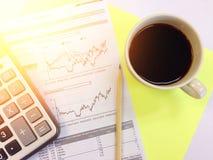 Odgórny widok kalkulatora, ołówka, filiżanki kawy i firmy zbiorczy dane, sporządza mapę na żółtym tle Obraz Stock