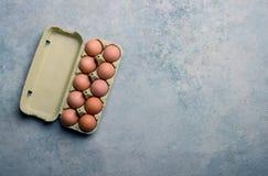 Odgórny widok karton z tuzin świeżymi jajkami Fotografia Royalty Free